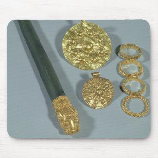 Piedra de afilar y anillos con la decoración granu tapetes de raton
