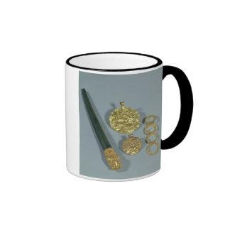 Piedra de afilar y anillos con la decoración granu taza de café