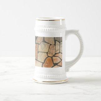 Piedra decorativa que pavimenta mirada jarra de cerveza