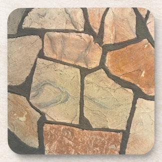 Piedra decorativa que pavimenta mirada posavasos de bebidas