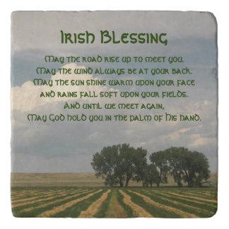 Piedra irlandesa de la foto de las tierras de salvamanteles