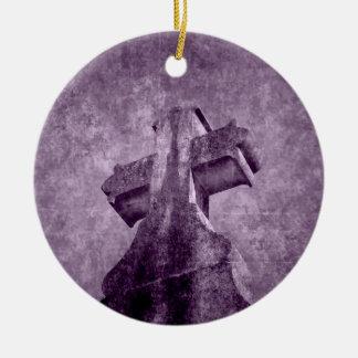 Piedra sepulcral cruzada púrpura gótica adorno navideño redondo de cerámica