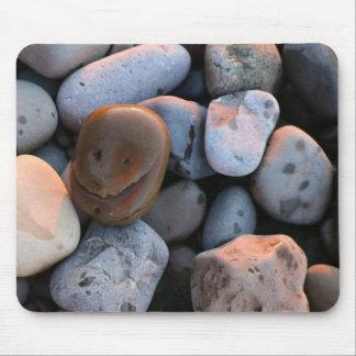 Piedra sonriente de la cara mousepads