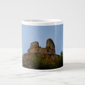 piedras apiladas cumbre contra el cielo taza extra grande