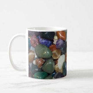 Piedras coloridas pulidas taza clásica