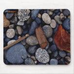 Piedras de la playa de la costa tapete de raton