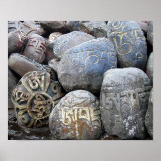 Piedras de Mani en el monasterio tibetano Poster