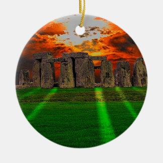 Piedras derechas de Stonehenge en la puesta del Adorno Redondo De Cerámica