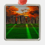Piedras derechas de Stonehenge en la puesta del Ornamentos Para Reyes Magos