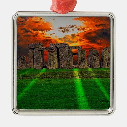 Piedras derechas de Stonehenge en la puesta del Adorno Cuadrado Plateado