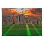 Piedras derechas de Stonehenge en la puesta del Manteles