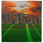 Piedras derechas de Stonehenge en la puesta del so Servilleta