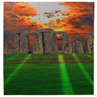 Piedras derechas de Stonehenge en la puesta del so Servilletas De Papel