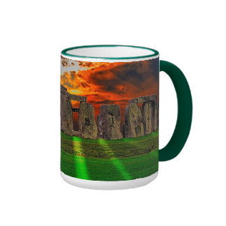Piedras derechas de Stonehenge en la puesta del so Taza De Café
