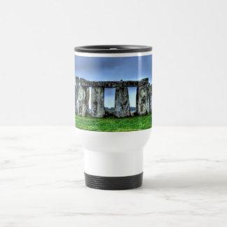 Piedras derechas de Stonehenge en la puesta del so Tazas De Café