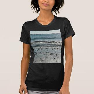 Piedras en orilla de la playa camiseta