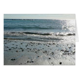 Piedras en orilla de la playa tarjetón