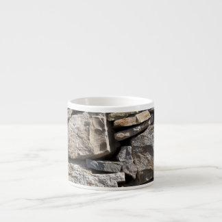 Piedras grandes y pequeñas en una pared taza espresso