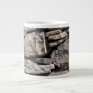 Piedras grandes y pequeñas en una pared taza grande