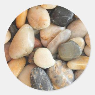 Piedras multicoloras etiquetas redondas