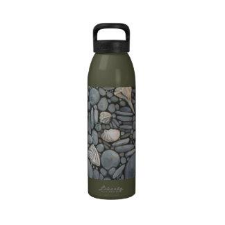 Piedras y cáscaras de la playa botella de agua reutilizable