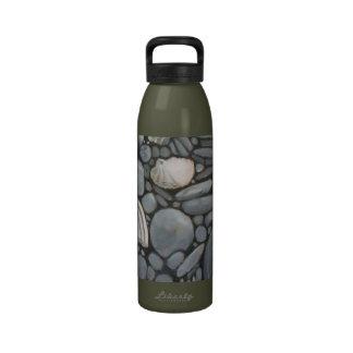 Piedras y cáscaras de la playa botella de beber