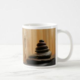 Piedras y madera de la meditación del mojón tazas