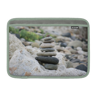 Piedras zen en la playa de Almería Funda Para Macbook Air
