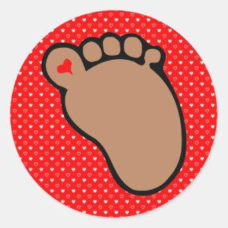 piel de la oscuridad de las huellas del bebé etiqueta redonda