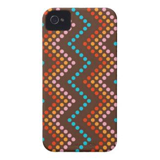 Piel del punto del zigzag (chocolate) iPhone 4 Case-Mate coberturas
