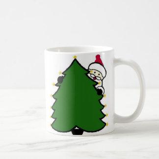 Pieles de Santa detrás del árbol de navidad Taza De Café