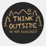Piense afuera, ninguna caja requerida etiqueta redonda
