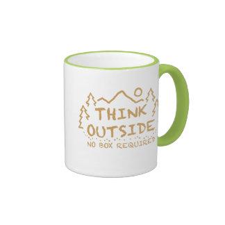Piense afuera, ninguna caja requerida taza a dos colores
