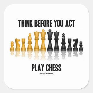 Piense antes de que usted ajedrez del juego del ac calcomanía cuadrada