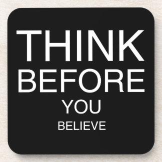 Piense antes de que usted crea (negro) posavaso
