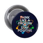 Piense como un protón y permanezca positivo pin redondo de 2 pulgadas