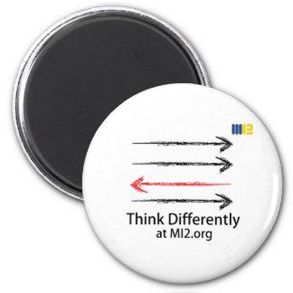 Piense diferentemente - dirigido en la dirección imán redondo 5 cm
