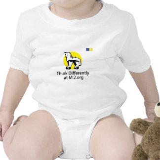 Piense diferentemente - el caballo en el regalo de trajes de bebé