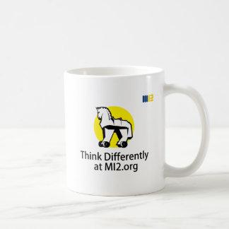 Piense diferentemente - el caballo en el regalo de taza