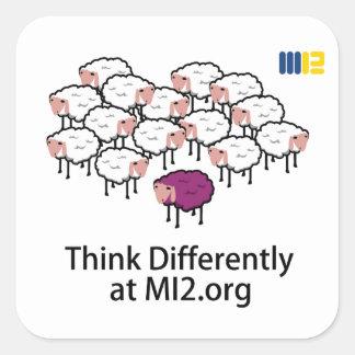 Piense diferentemente - las ovejas púrpuras calcomanía cuadrada