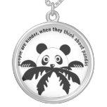 Piense en el collar de las pandas