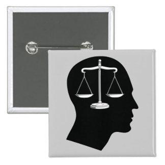Piense en la justicia - botón de la ley pin cuadrado