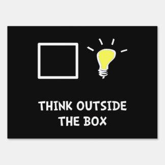 Piense fuera de la caja carteles