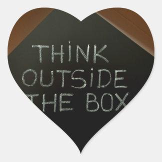 Piense fuera de la caja en Blackboard.jpg Pegatina De Corazón