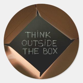 Piense fuera de la caja en Blackboard.jpg Pegatinas Redondas