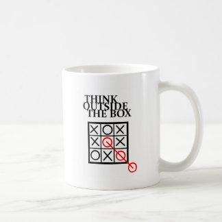 Piense fuera de la caja - las nadas y las cruces taza de café