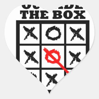 Piense fuera de la caja calcomanía corazón
