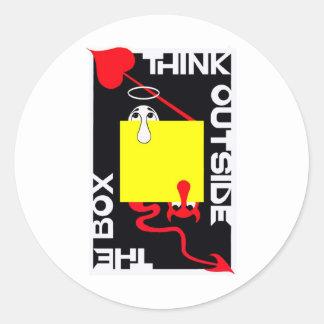Piense fuera de la caja etiqueta redonda