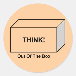 Piense fuera de la caja pegatina redonda