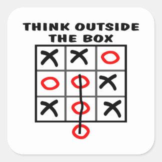 Piense fuera de la caja pegatina cuadrada